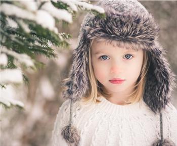 雪の中の子供